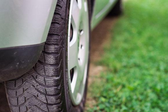 車のタイヤの空気入れをガソリンスタンドで使う方法を写真で紹介!